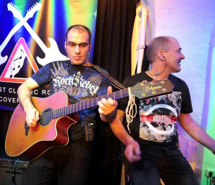 Rudi und Özi mit Akustik-Gitarre